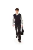 Le jeune homme d'affaires de marche d'isolement sur un blanc Photographie stock libre de droits