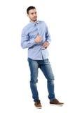 Le jeune homme d'affaires de sourire heureux avec des pouces lèvent le geste regardant l'appareil-photo Image stock