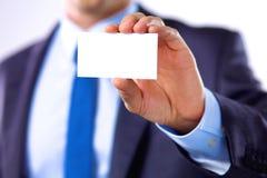 Le jeune homme d'affaires donne sa main avec une carte de visite professionnelle de visite pour l'amour images libres de droits