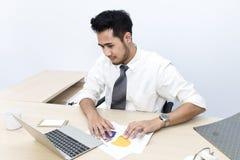 Le jeune homme d'affaires est tension et inquiétude des années 20-30 au bureau image stock