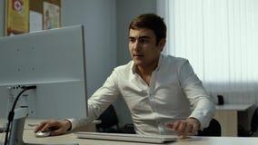 Le jeune homme d'affaires marche autour du bureau, s'assied rapidement ? la table banque de vidéos