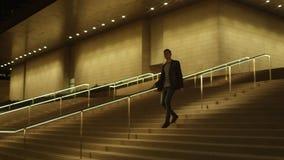 Le jeune homme d'affaires marche en bas banque de vidéos