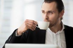 Le jeune homme d'affaires prend la café-coupure sur le lieu de travail Photo stock