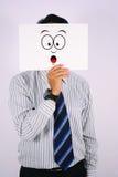 Le jeune homme d'affaires Wearing a choqué le masque d'isolement sur le blanc Image stock