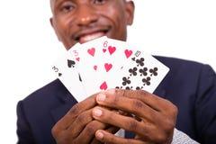 Le jeune homme d'Afro-américain tient des cartes dans des ses mains photo libre de droits