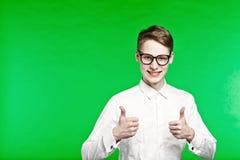 Le jeune homme dans des expositions en verre manie maladroitement  Photos libres de droits
