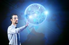 Le jeune homme dans le concept social de réseau Image libre de droits