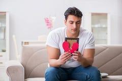 Le jeune homme dans le concept triste de valentine de saint Images stock
