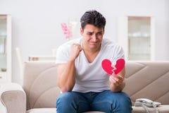 Le jeune homme dans le concept triste de valentine de saint Photos stock