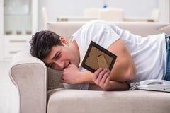 Le jeune homme dans le concept triste de valentine de saint Photo stock