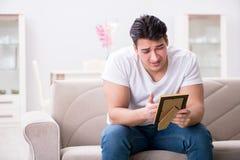 Le jeune homme dans le concept triste de valentine de saint Photo libre de droits