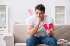 Le jeune homme dans le concept triste de valentine de saint Image stock