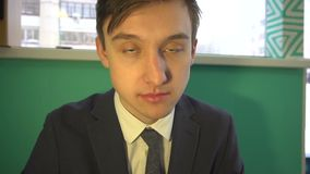 Le jeune homme dans le costume clignote banque de vidéos