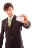 le jeune homme dans le costume et le lien rayés démontre la carte personnelle Photos libres de droits