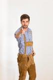 Le jeune homme dans le pantalon en cuir est pointage simple Photos libres de droits