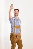 Le jeune homme dans le pantalon en cuir pose Photographie stock libre de droits