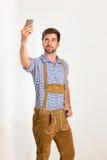 Le jeune homme dans le pantalon en cuir pose Images libres de droits