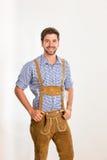 Le jeune homme dans le pantalon en cuir pose Photo libre de droits