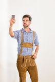 Le jeune homme dans le pantalon en cuir pose Images stock