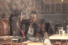 Le jeune homme de femme de couples de café, pousse a pensé la fenêtre Images libres de droits