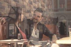 Le jeune homme de femme de couples de café, pousse a pensé la fenêtre Photographie stock libre de droits
