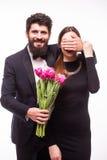 Le jeune homme de hippie font la surprise pour son amie et lui donnent des tulipes seau Images libres de droits