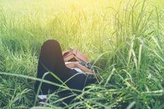 Le jeune homme de hippie se couchant sur la prairie faisant une sieste a fatigué après le Re Image libre de droits