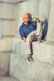Le jeune homme de hispano-américain vous manquant, tenant la rose de blanc, s'asseyent Photos libres de droits