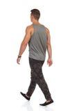 Le jeune homme de marche dans Camo halète la vue arrière Photo stock