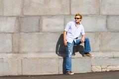 Le jeune homme de mode reste contre le mur Images libres de droits