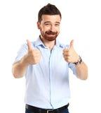 Le jeune homme de sourire heureux d'affaires avec des pouces lèvent le geste Images libres de droits