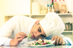 Le jeune homme degustating la salade photo stock