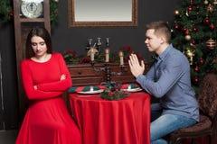 Le jeune homme demande à la femme de lui donner une occasion Image stock