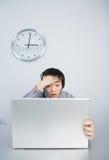 Le jeune homme a des problèmes dans le travail avec l'ordinateur portatif Photos stock