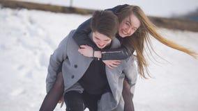 Le jeune homme donnant a continue le sien dos son amie heureuse Photos libres de droits