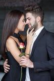 Le jeune homme donnent s'est levé à la femme au jour de valentines Image stock