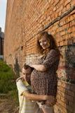 Le jeune homme embrasse son épouse enceinte Images libres de droits