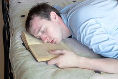 Le jeune homme a en sommeil tombé Photos libres de droits