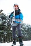 Le jeune homme est prêt pour faire du surf des neiges Photos libres de droits