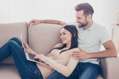 Le jeune homme et la femme dans l'amour observent le film sur l'ordinateur portable Ils SI Images stock