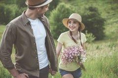 Le jeune homme et la femme heureux passent le temps dehors Images libres de droits