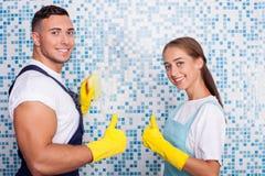 Le jeune homme et la femme mignons font le nettoyage images stock