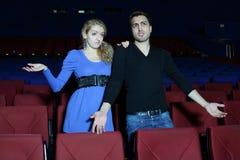 Le jeune homme et la femme observent le film et sont confus Images stock