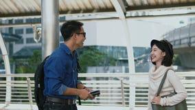 Le jeune homme et la jeune femme ont exprimé son plaisir pour se réunir Image libre de droits