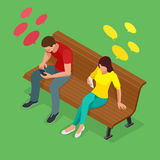 Le jeune homme et la femme s'asseyant sur le banc et envoient SMS Communication par l'intermédiaire de l'Internet, message textue Image stock