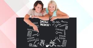 Le jeune homme et la femme se penchant sur le panneau d'affichage avec le media social textotent et des icônes Images stock