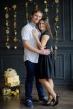 Le jeune homme et la femme se tiennent doucement ayant embrassés Image libre de droits