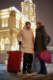 Le jeune homme et la jeune femme se tiennent avec le grand sac rouge de gaine à bille images libres de droits