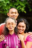 Le jeune homme et le femme asiatiques heureux embrassent la vieille mère Photo libre de droits