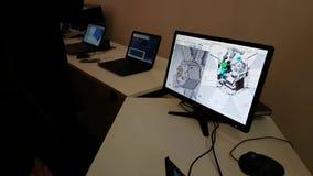 Le jeune homme examine le logiciel de PC pour modeler des satellites de l'espace sur l'ordinateur portable clips vidéos